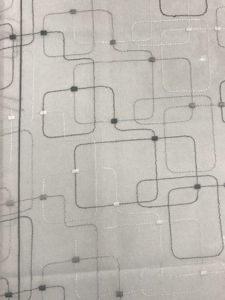 dettaglio ricamo geometrico nero